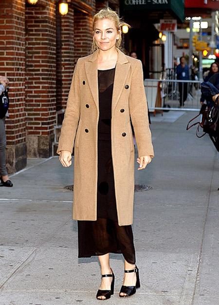 Сиенна Миллер в бежевом пальто