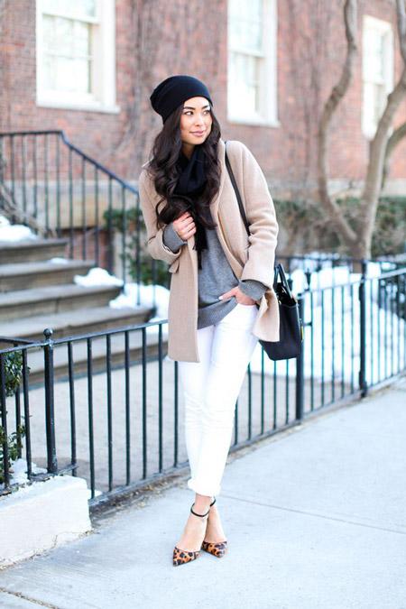 девушка в белых брюках и бежевом пальто