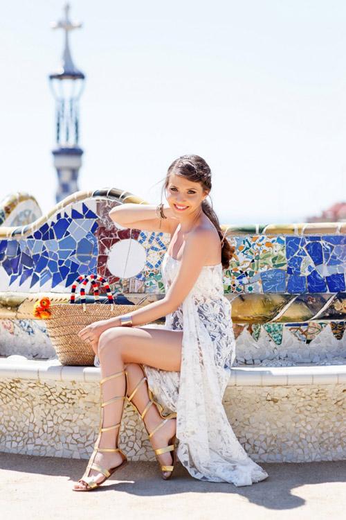 Девушка в золотистых сандалиях гладиаторах