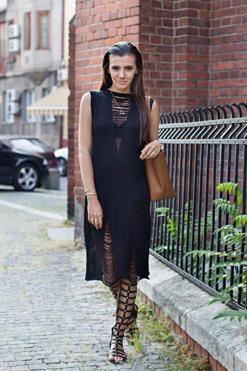 Девушка в черных гладиаторах и темно синем платье
