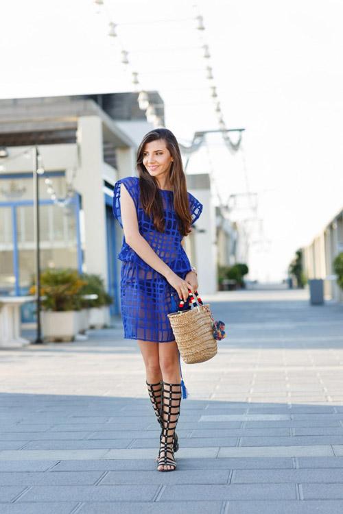 Девушка в синем прозрачном платье и черных гладиаторах