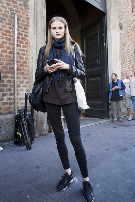 модель в черных брюках, куртка косуха, синий шарф и сумка тоут