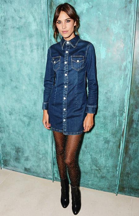 Алекса Чанг в джинсовом платье