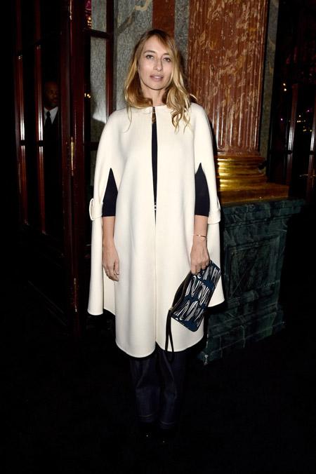 Alexandra Golovanoff в белом кейпе чуть ниже колена