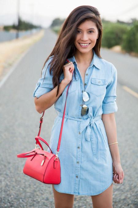 Девушка с алой сумкой