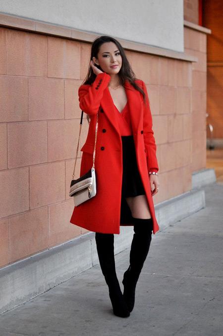 Девушка с бежевой сумкой и в красном пальто