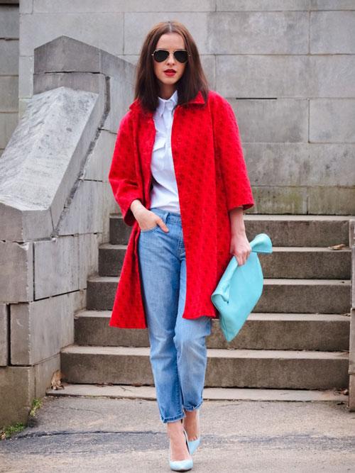Девушка с бирюзовой сумкой и в красном пальто