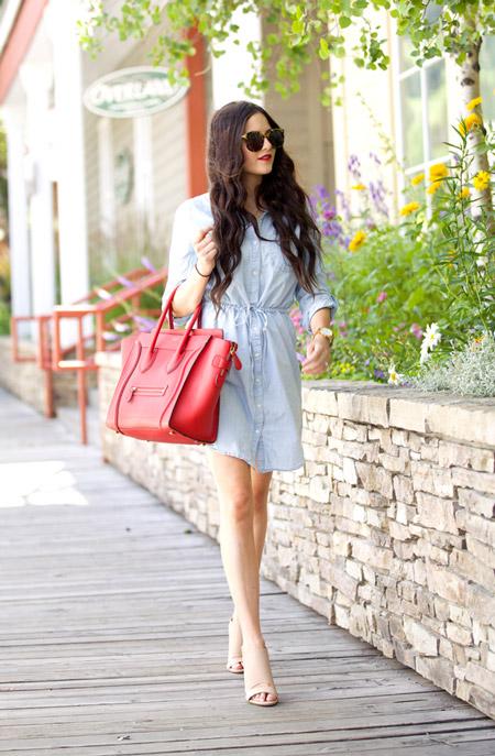 Девушка с большой алой сумкой