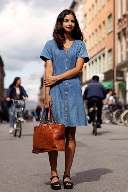 Девушка с большой коричневой сумкой