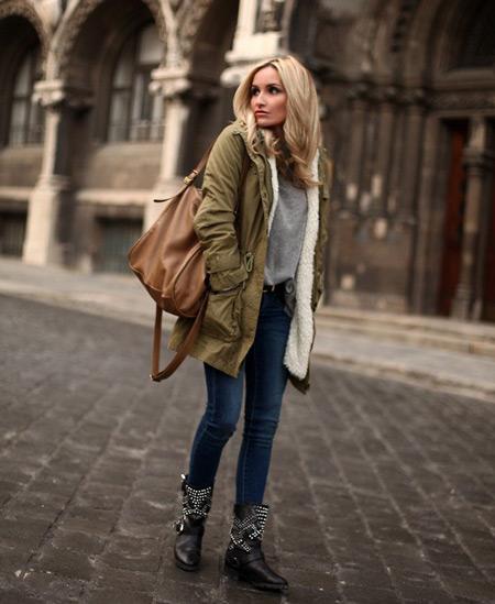 Девушка с коричневой сумкой и в парке