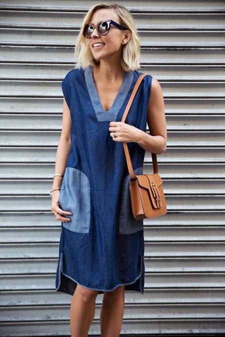 Девушка с коричневой сумкой и в платье