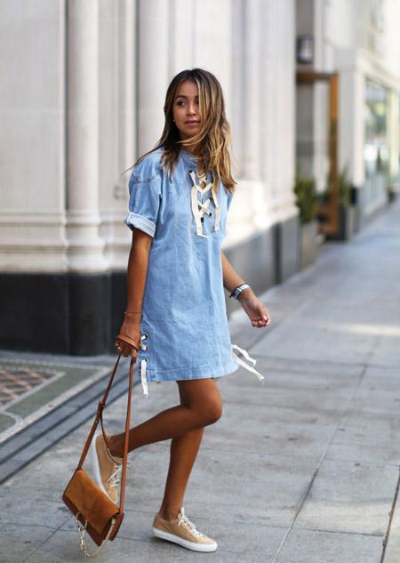 Девушка с коричневой сумкой