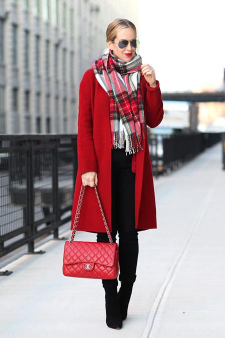 Девушка с красной сумочкой