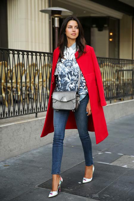 Девушка с серой сумкой и в красном пальто