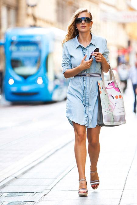 Девушка с сумкой тоут