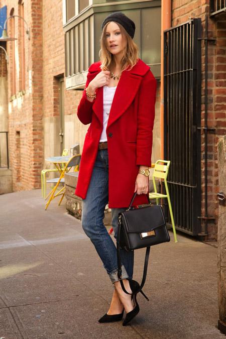Девушка с золотыми часами и в красном пальто
