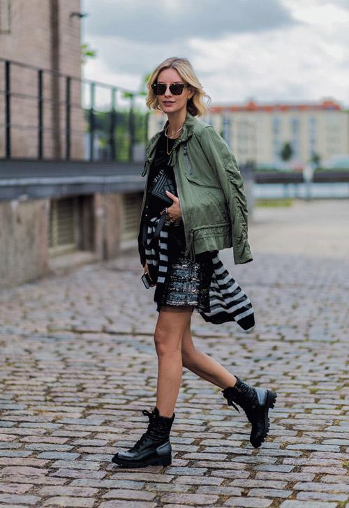Девушка в армейских ботинках, платье и куртке в стиле милитари