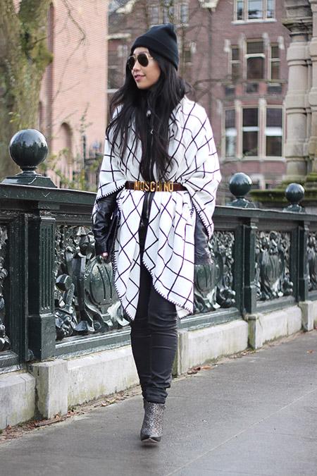 Девушка в белом пончо