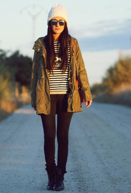 Девушка в белой шапке и парке