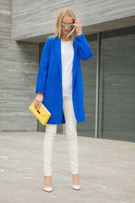Девушка в белых брюках и синем пальто