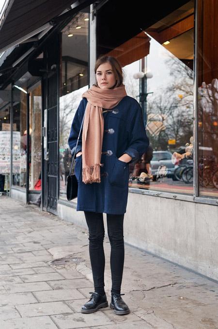 Девушка в бежевом шарфе и синем пальто