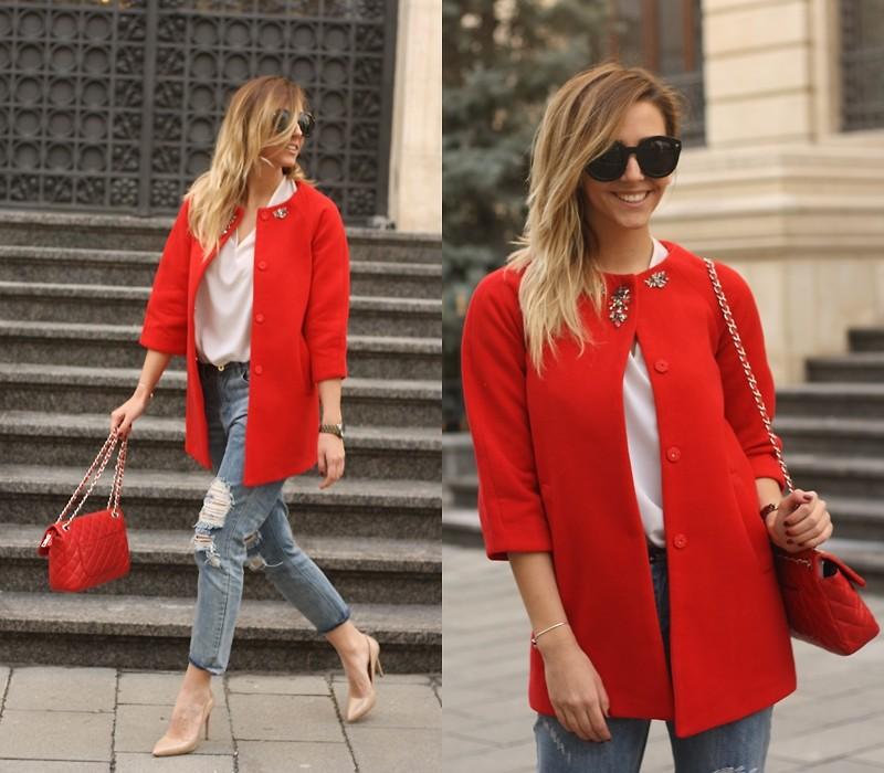 Девушка в бежевых лодочках и в красном пальто