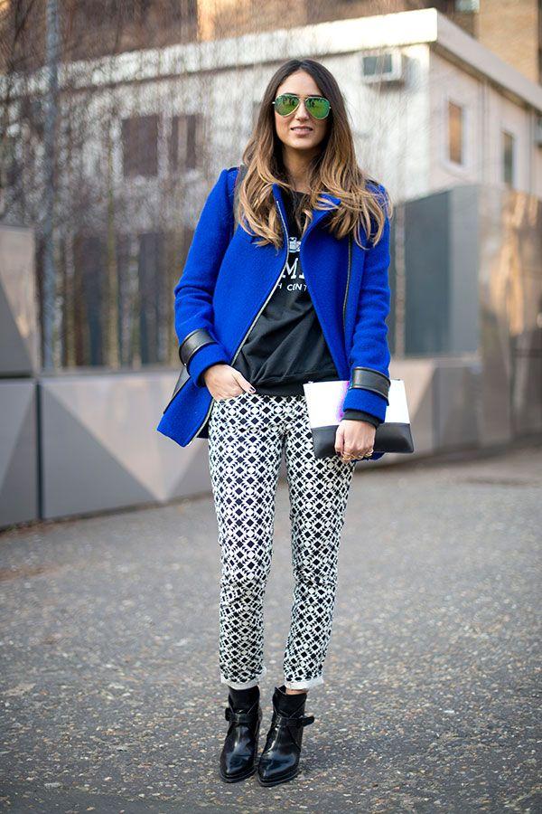 Девушка в брюках с принтом и синем пальто