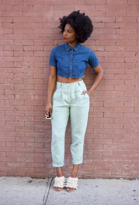 Девушка в брюках с высокой талией, джинсовая укороченная рубашка