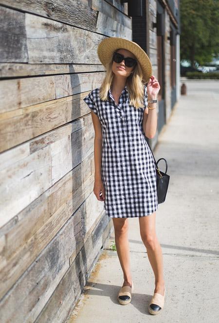 Девушка в черно белом платье в клетку, соломенная шляпа