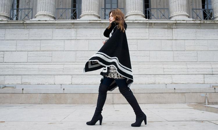 Девушка в черном пончо
