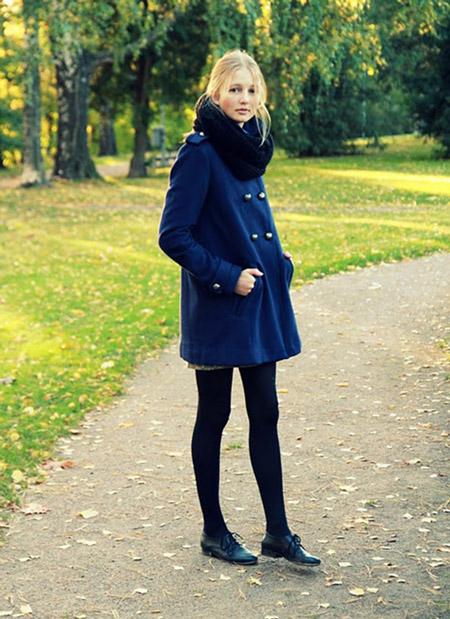 Девушка в черном шарфе и пальто
