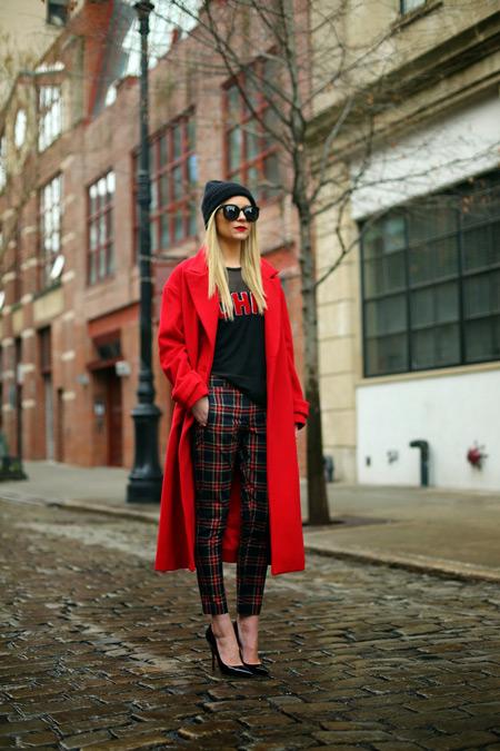 Девушка в черной футболке и длинном красном пальто