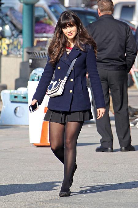 Девушка в черной юбке и синем пальто