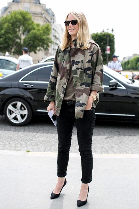 Девушка в черных штанах, куртка цвета хакки и черные туфли лодочки