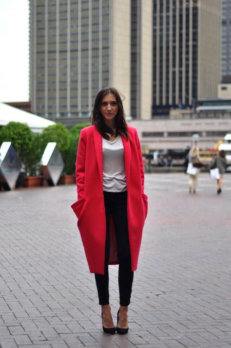 Девушка в черных туфлях и красном пальто
