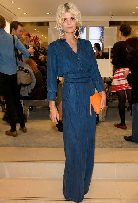 Девушка в длинном джинсовом платье массивных сережках