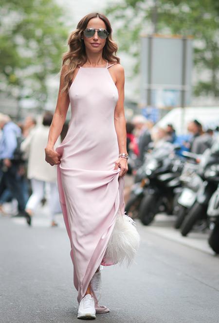 Девушка в длинном розовом платье и кроссовках