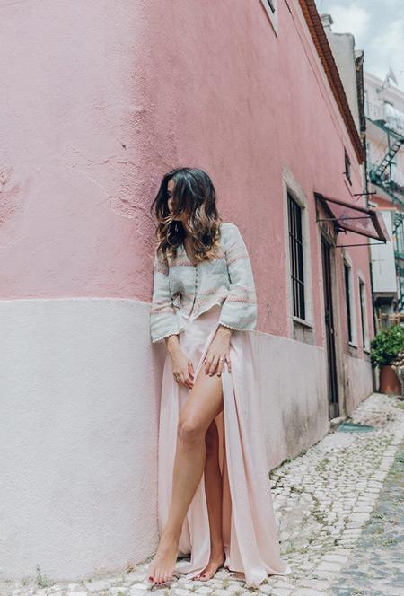Девушка в длинном розовом платье с глубоким разрезом