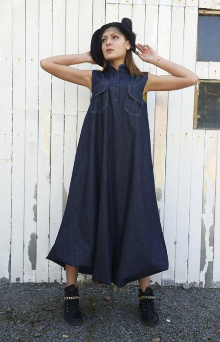 Девушка в длинном темном джинсовом сарафане