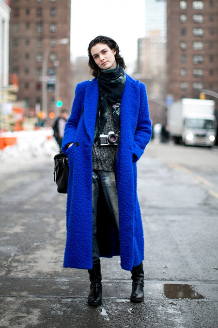Девушка в длинном ярком синем пальто