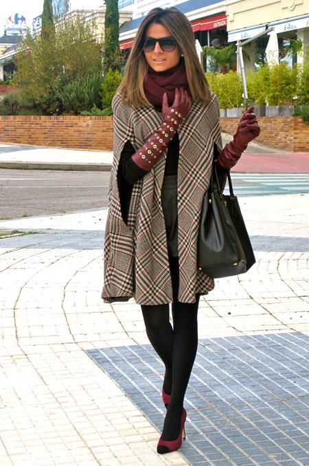 Девушка в длинных перчатках и пончо