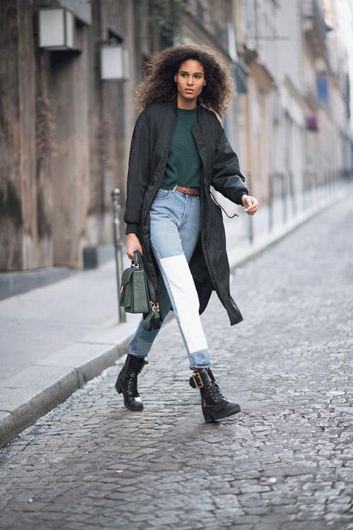Девушка в двуцветных джинсах, армейских ботинках и черном плаще