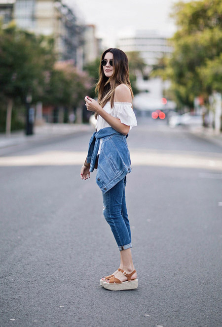 Девушка в джинсах, белом топе без рукавов