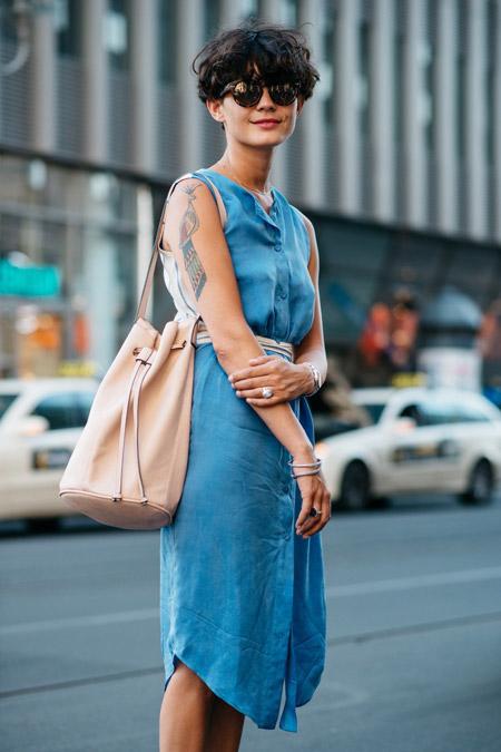 Девушка в джинсовом платье чуть ниже колена