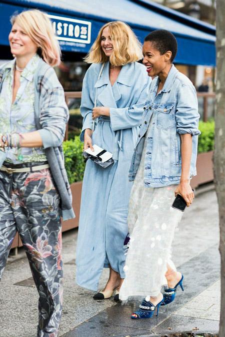Девушка в джинсовом платье-халате