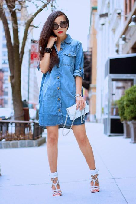 Девушка в джинсовом платье и белых босоножках