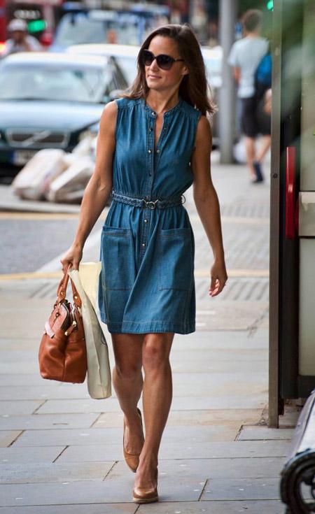 Девушка в джинсовом платье и бежевых туфлях