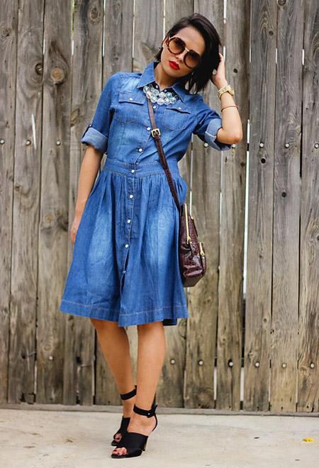 Девушка в джинсовом платье и бусах