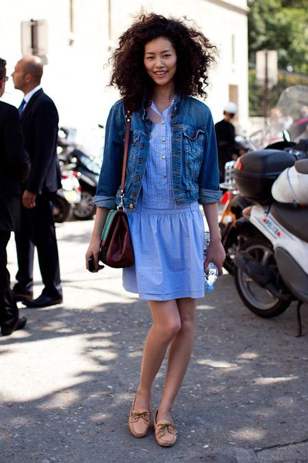 Девушка в джинсовом платье и джинсовке