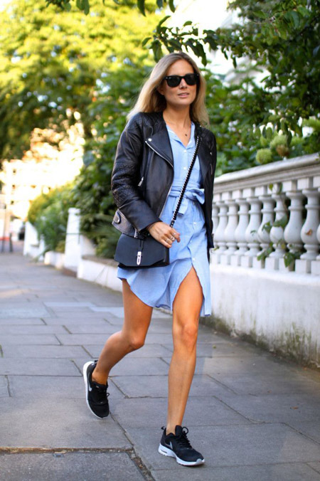 Девушка в джинсовом платье и косухе